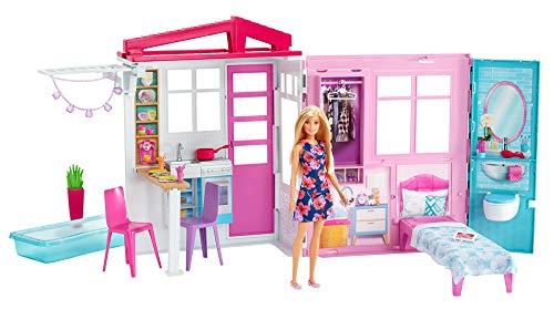 Barbie - Casa amueblada pleglable con cocina, piscina, dormitorio y lavabo con muñeca rubia, Embalaje sostenible, edad recomendada 3 años y más (Mattel GWY84)
